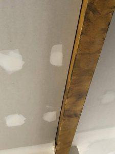 La correcta forma de forrar una viga en el techo.